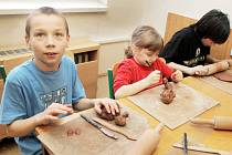 MEZI NEJČASTĚJŠÍ AKTIVITY, které Domy dětí a mládeže pro své návštěvníky chystají, patří nejrůznější výtvarné dílny. Na nich mohou děti rozvíjet svou kreativitu.