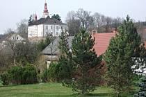 Obec Podbřezí u Dobrušky s dominantním zámkem Skalka.
