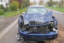 Řidič Audi nejspíš nedobrzdil a narazil do popelářského vozidla. Skončil ve špitále