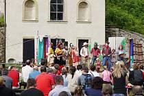 PRVNÍ ROČNÍK čtyřdenního festivalu Divadelní Potštejn se konal na zřícenině hradu. Navštívilo ho mnoho diváků a zhlédli jak pohádky, tak představení pro dospělé. Neobvyklé místo dodalo inscenacím zajímavou atmosféru a také akustiku.