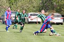 Fotbalisté Slatiny (zelenočerné dresy) si po vyhraném penaltovém rozstřelu odvezli z Javornice dva body.