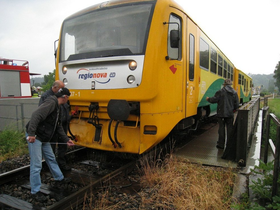 Na místě, kde sebevrah vstoupil před vlakem do kolejiště,  zasahovali jak profesionálové z rychnovské požární stanice HZS, tak i policisté, kteří vše zdokumentovali a  nafotili. Zraněného muže odvezla sanitka