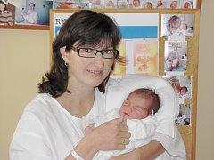 NATÁLIE MACKOVÁ se narodila 8. listopadu v 11.35 hodin manželům Lucii a Petrovi Mackovým z Opočna. Po narození vážila 3,53 kg a měřila 50 cm. Na sestřičku se doma těšil Adámek. Tatínek to u porodu zvládal výborně a byl mamince velkou oporou.