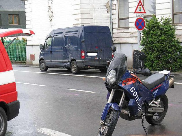 Střet motocyklisty s dodávkovým vozem.
