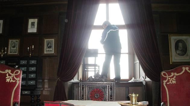 Poslední úklidové práce před startem letošní sezony. Na zámku v Opočně se ještě uprostřed týdne luxovalo, utíral prach a umývala okna.  Závěrečný úklid byl hotov a včera se renesanční skvost otevřel veřejnosti.