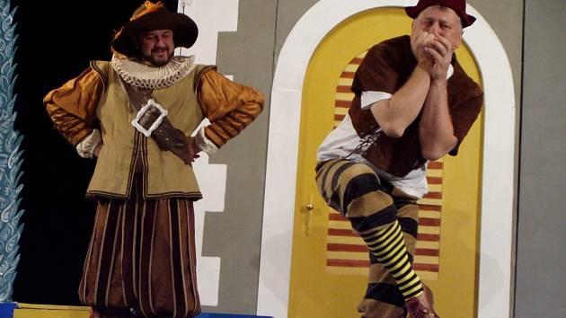 Z loňského ročníku Týnišťského divadelního podzimu: Hra Tři v tom v podání divadelního spolku Jirásek či Kostlivce v bufetu od divadelní skupiny TEMNO.