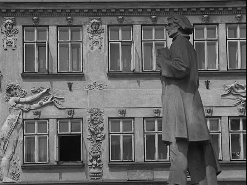 Socha F. V. Heka v Dobrušce na filmovém záběru.