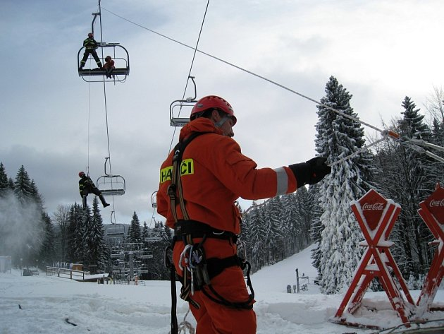 Nacvičování evakuace z lanovky