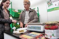 MILOŠ KURKA představuje v Praze na Biostylu své bioprodukty vedoucí oddělení ekologického zemědělství Ministerstva zemědělství ČR Tereze Musilové.