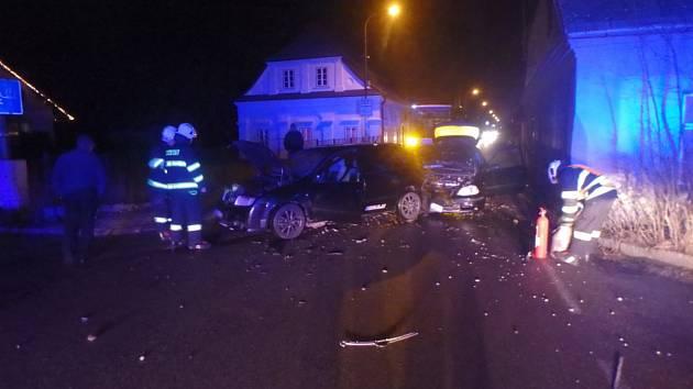Záchranáři převezli dva zraněné do nemocnice.