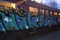 Zábava sobotní noci: sprejer si zařádil na osobním vlaku.