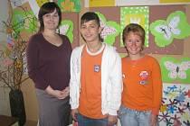 NA ÚSPĚCH MARTINA OTRUBY jsou hrdé nejen ředitelka Hana Pavlíčková (vlevo) a učitelka češtiny Lucie Havrdová (vpravo), ale i Martinova rodina