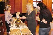 NÁVŠTĚVNÍCI RUSKÉHO ODPOLEDNE v Opočně si pochutnali na čaji z ruského samovaru a dalších ruských pamlscích.