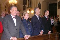 MINISTR ZAHRANIČÍ KAREL SCHWARZENBERG a bratr Václava Antonína Dobrzenského Harry při vzpomínkové mši v Potštejně. Harryho doprovázeli manželka Giada a syn Antony.