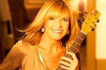 S KYTAROU V RUCE. Věra Martinová se přijela podělit o své písně z nového alba i s posluchači do Dobrušky, kde strávila své dětství. zazněly i staré osvědčené hity.