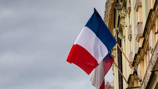 V rodném městě slavného malíře Františka Kupky vlaje francouzská vlajka s černou stuhou.