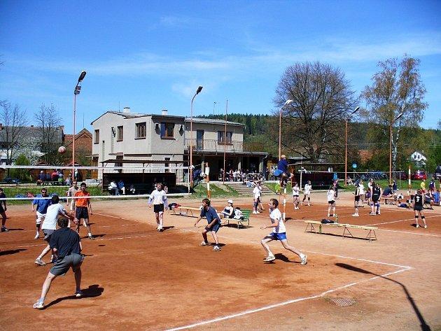 Ve zrekonstruovaném sportovním areálu v Česticích se již hraje volejbal.