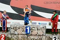PRVNÍ MÍSTO ve třídě 125 ccm obsadil na autokrosovém mistrovství ČR v Nové Pace dobřanský jezdec Josef Švorc.
