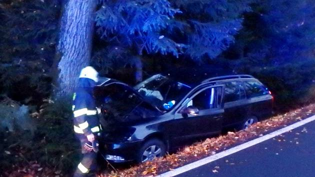 Havárie osobního automobilu mezi Kostelcem nad Orlicí a Zdelovem.