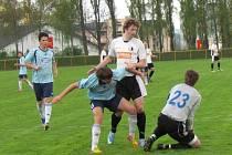 AUTOR čtvrtého gólu Rychnova Lukáš Volný (v bílém) se marně snaží dostat k míči, brankář Bydžova byl rychlejší.