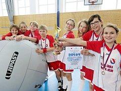 CHYTIT LETÍCÍ MÍČ dřív než se dotkne země. To se ze skuhrovské základní školy dařilo zejména týmu mladších žáků, který v Hradci Králové vybojoval bronzové medaile a cenný pohár.