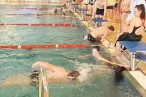 Další ročník plavecké štafety škol už dospěl do finále.
