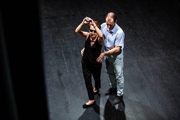 Nevidomá Renáta Moravcová při tréninku tance vdobrušském kině.