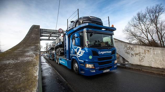 Most u Týniště nad Orlicí nadmíru zatežují kamiony.