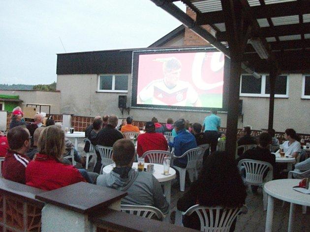 Fotbalové finále v letním kině v Dobrušce.