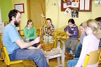 Děti z kroužku Šídla si už mohli vyzkoušet pletení košíků z protí s košíkářem panem Volfem
