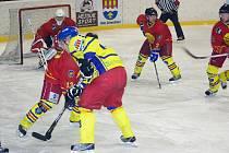 DVANÁCT GÓLŮ padlo ve středečním okresním hokejovém derby Semechnice Opočno, které sledovalo více než tři sta diváků. Z prvního letošního vítězství se radovali Baroni.
