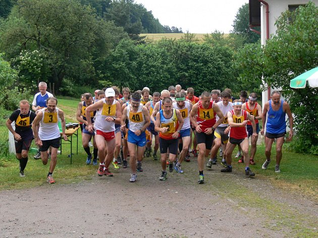 VZHŮRU DO KOPCŮ. Na náročnou kounovskou trať se vydalo celkem jednapadesát závodníků.