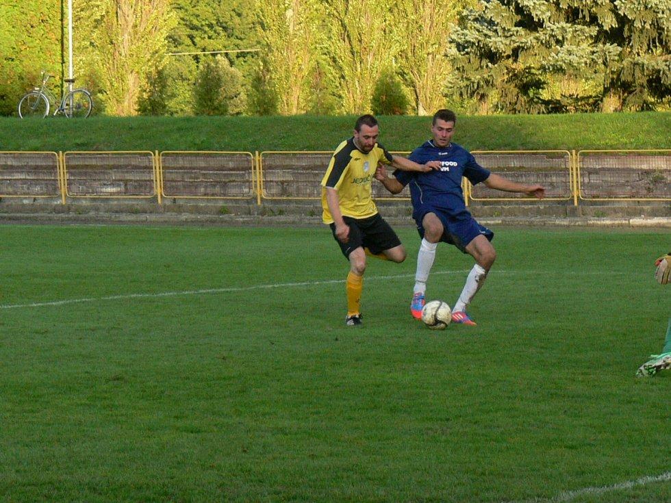 OSLAVA GÓLU. Fotbalisté Dobrušky zdolali v utkání devátého kola krajského přeboru v domácím prostředí Kratonohy 3:2 a na konto si připsali tři body za třetí vítězství.