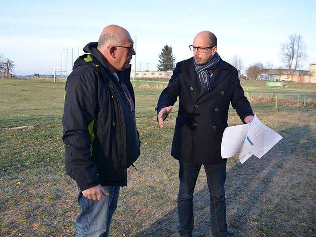 Hejtman Jiří Štěpán si v doprovodu místostarosty města Petra Mareše prohlíží nově odkoupený fotbalový stadion.