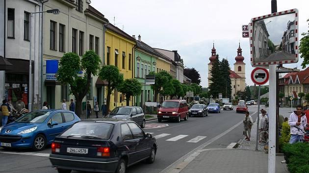 Dennodenní kolona na Husově náměstí ve Vamberku.