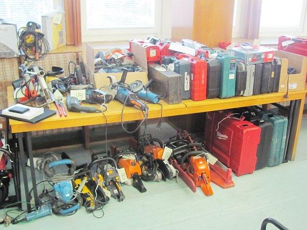 Zvykradených dodávek si zloděj odnesl téměř 700kusů nářadí.