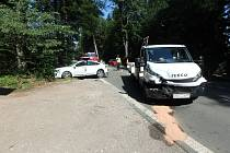Dodávka narazila do osobního auta.