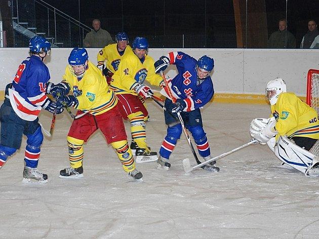 Opočenští hokejisté (na snímku z utkání v Jičíně ve světlých dresech) se vrátili z Nového Bydžova s porážkou.