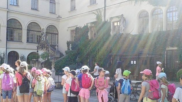 Děti zKroužků na zámku vČastolovicích.