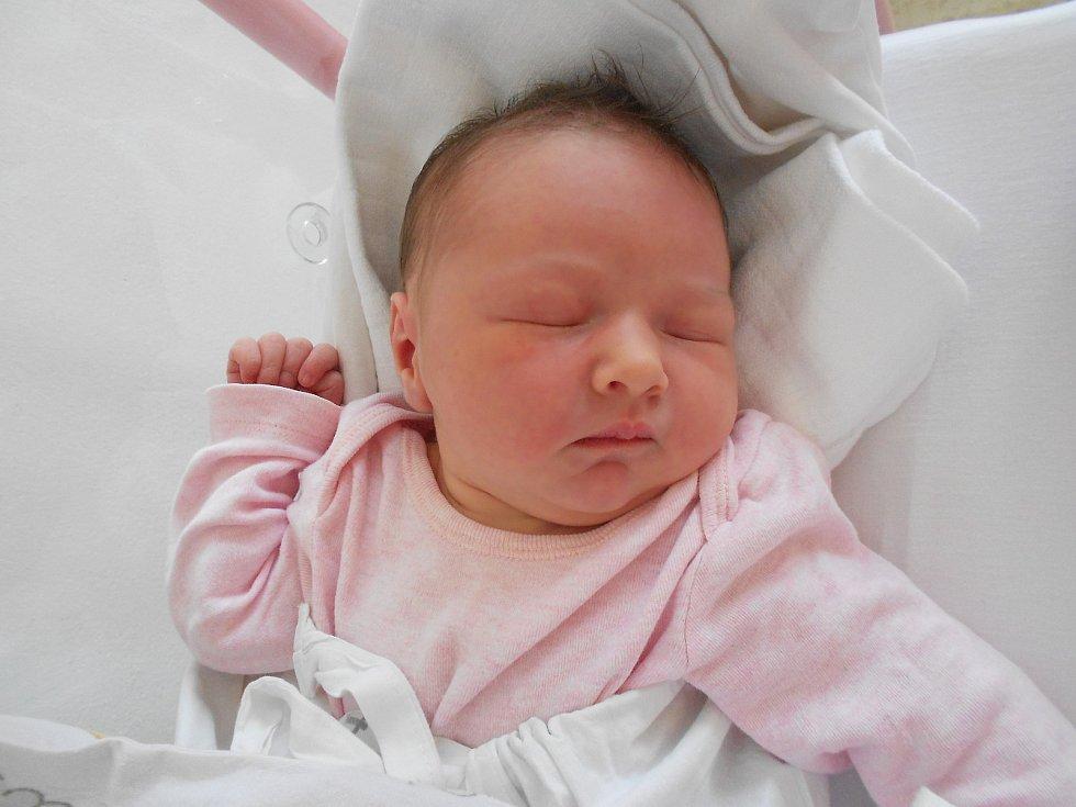 ANNA MORÁVKOVÁ se narodila 10. června ve 2.25 hodin. Měřila 51 cm a vážila 3520 g. Radost udělala svým rodičům Tereze a Michalu Morávkovým z Kostelce nad Orlicí. Doma se těší bráška Lukáš. Tatínek byl u porodu velkou oporou, bez něj by to maminka nezvládl