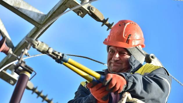 Popis fotky: Energetici opravují vedení - Silný vítr komplikoval 10. února 2020 v Jihočeském kraji železniční dopravu i dodávky elektřiny, hasiči od ranních hodin odstraňovali popadané stromy na mnoha místech. Na snímku pracovník energetické společnosti o