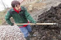 V rámci rekvalifikačních kurzů  pracují zaměstnanci sdružení  Splav především na zahradě.