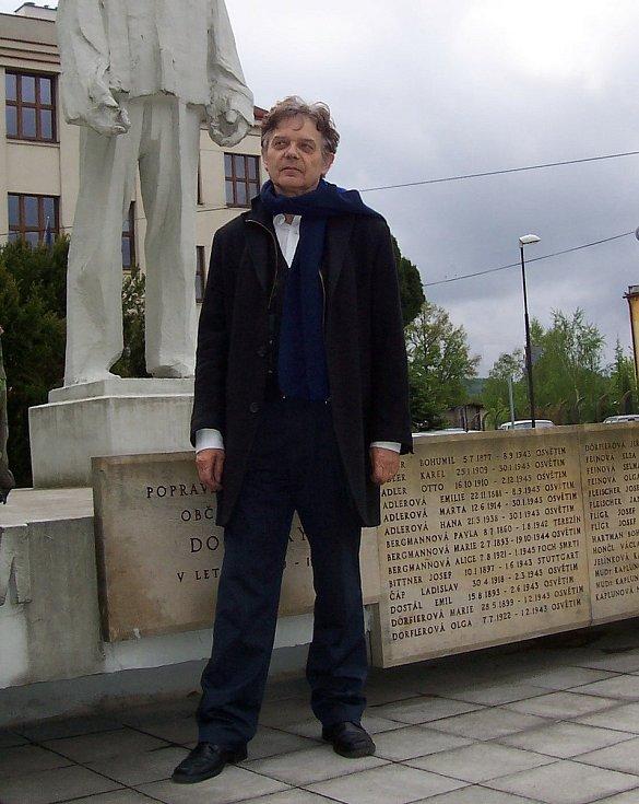 Alexander Tomský v Dobrušce. Jeho děd zemřel v koncentračním táboře, babička tomuto osudu unikla se štěstím, stejně jako jeho otec.