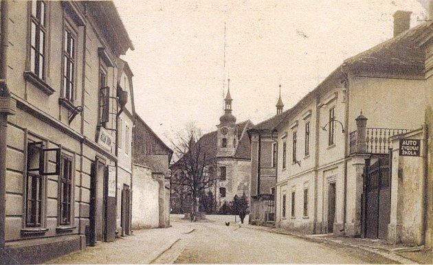 DŮM ČP. 6 (vpravo) se příliš nezměnil. Na pohlednici z roku 1936 však na jeho průčelí nenajdete pamětní desku malíře Františka Kupky, ta byla slavnostně odhalena až v roce 1971.