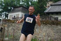 Na start triatlonu u rybníku Broumar se postavilo šestačtyřicet závodníků, nechyběli zahraniční účastníci – borci z Mexika a Slovenska.  Závod (plavání 0,5 km, kolo 26 km a běh 5 km) se jel jako krajský přebor
