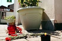Lidé položili první svíčky a květiny poblíž Obecního úřadu v Deštném v O. h.