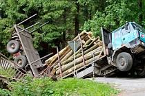 Nehoda ve Zdobnici. Pod tatrovkou se prolomil most.
