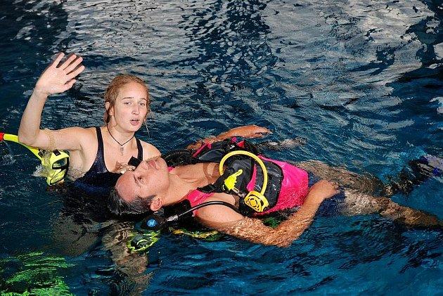 Letní škola záchrany tonoucích pod vedením Místní skupiny Vodní záchranné služby Českého červeného kříže na bazéně v Dobrušce.