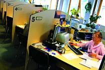 Žádost o zprostředkování zaměstnání  může uchazeč vyplnit doma díky elektronické verzi na webových stánkách. Podat  žádost na ÚP však musí každý  osobně.