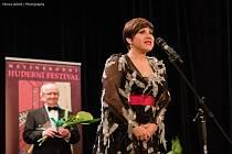 VŘELÉ PŘIJETÍ a na závěr i aplaus ve stoje si vychutnala pěvkyně Dagmar Pecková, která vystoupila v pondělí večer ve Společenském centru – Kině 70 v Dobrušce.